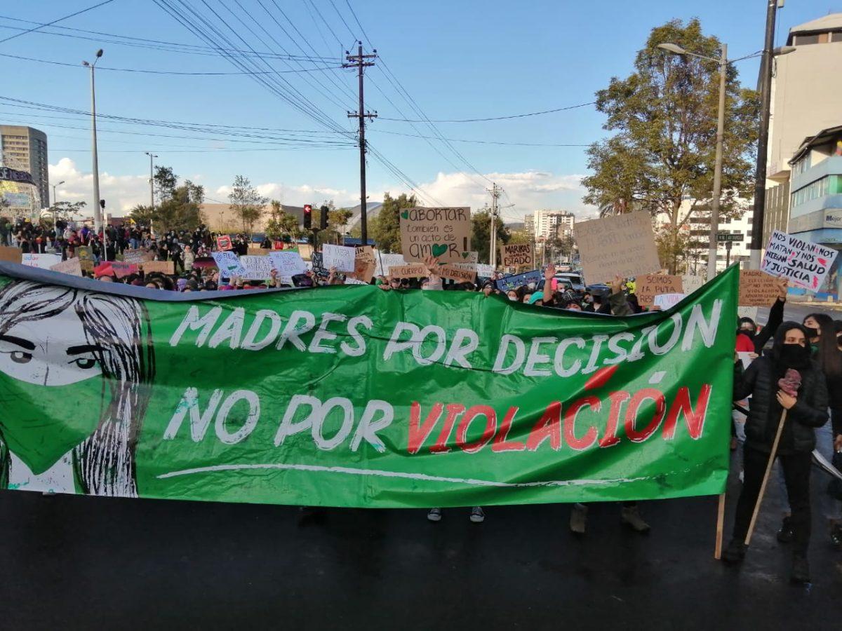 Protesta por el Código Orgánico de Salud. Pancarta que dice Madres por decisión no por violación