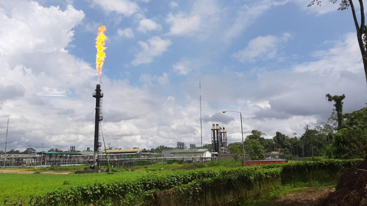 mechero de la muerte contaminando en la comuna amazónica del Eden provincia Orellana Ecuador